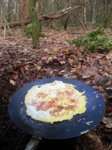 Gebakken ei met spek in het bos